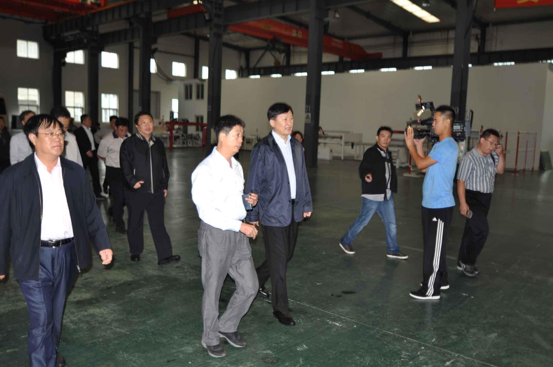 秦皇岛市商市长协同相关领导来我司指导工作_企业资讯_组件生产线,层